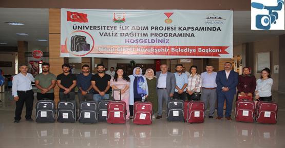 Büyükşehir 448 Öğrenciye Temel İhtiyaçların Bulunduğu Valiz Hediye Etti