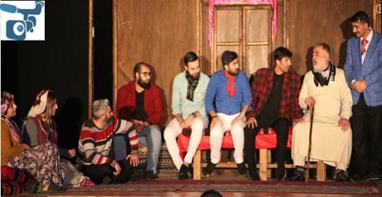 """Tiyatro ''Komşu Köyün Delisi"""" Oyunu İle Sezonu Açıyor"""