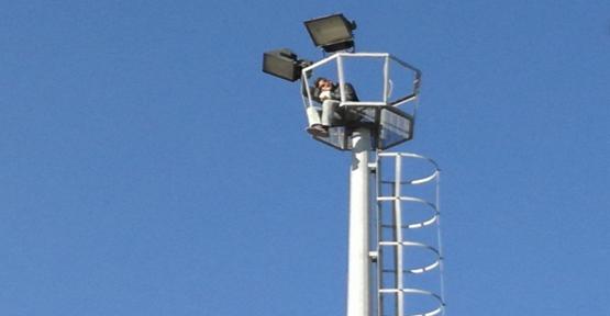 Urfa'da Genç Elektrik Direğine Çıktı