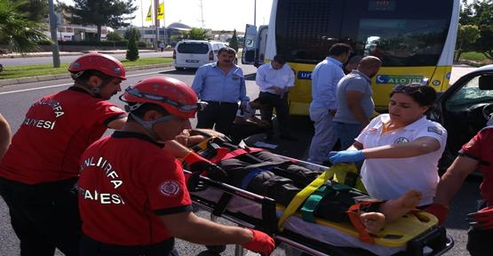 Şanlıurfa'da Hafif Ticari Araç Yolcu Otobüsünü Çarptı,2 Yaralı