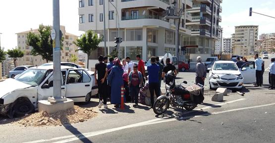 Urfa'da İki Otomobil Çarpıştı Kazada 3 Kişi Yaralandı