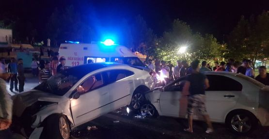 Urfa'da İki Otomobil Çarpıştı, 2 Yaralı