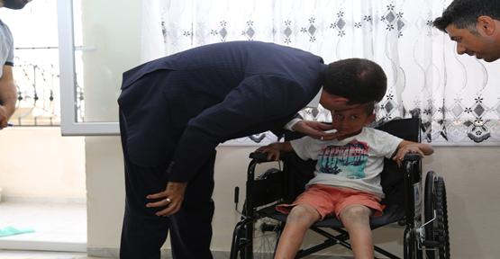 Başkan Ekinci, Hasta Çocuğu Tekerlekli Sandalye Hediye Etti