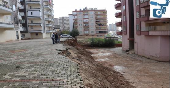 Karaköprü'de Sızan Su Binalara Zarar Verdi