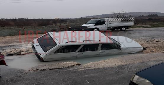 Otomobil Su Borusu Patlama Sonucu Oluşan Çukura Düştü