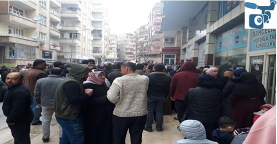 Şanlıurfa'da  Suriyeliler Avrupa'ya Gitmek İçin Kuyruk Oluşturdu