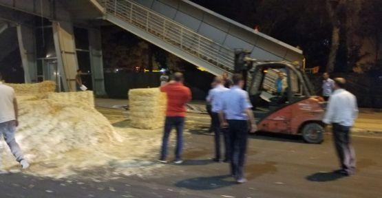 Urfa'da Saman Yüklü TIR Üstgeçide Takıldı