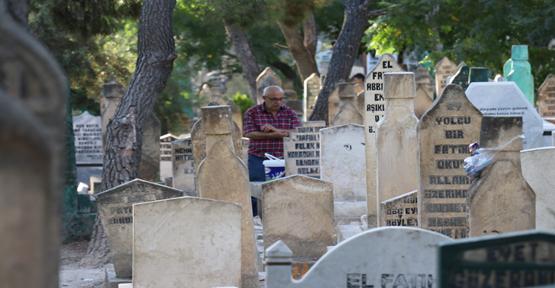 Vatandaşlar Mezarlıkları Ziyaret Etti
