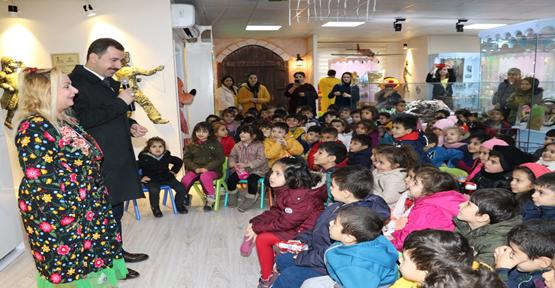 Masalcı Teyze Masallarını Karaköprü'deki Çocuklar İçin Anlattı