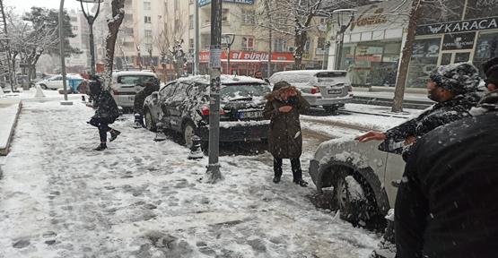 Şanlıurfa'da Kar'ı Gören Sokağa Çıktı