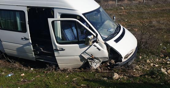 Urfa'da Yolcu Minibüs İle Otomobil Çarpıştı