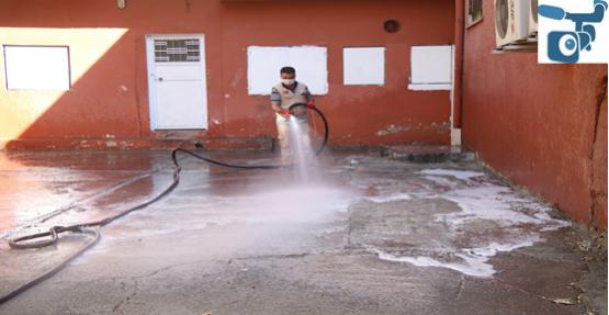 Haliliyede Okul Bahçeleri Deterjanlı Su İle Yıkanıyor