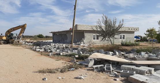 Akçakale'de kaçak yapılar yıkıldı