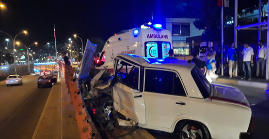 Urfa'da otomobil demir korkuluklara çarptı