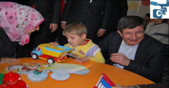 Davutoğlu, çocuklara oyuncak dağıttı