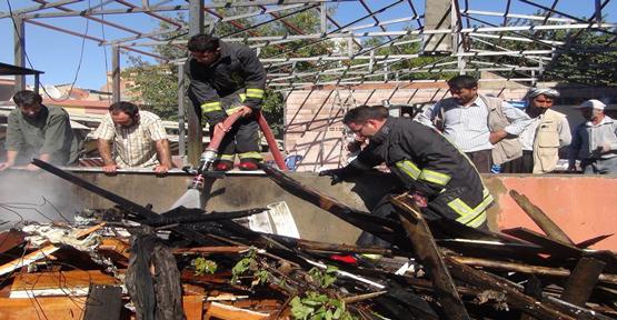 İşyerinin Çatısında Çıkan Yangın Korkuttu