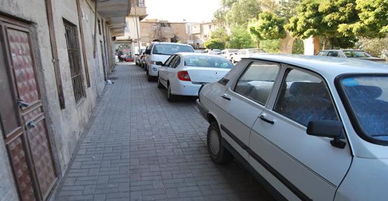 Kaldırımlar araçların işgalinde