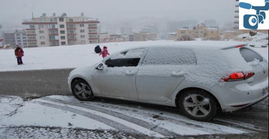 Kar yağdı  araçlar mahsur kaldı