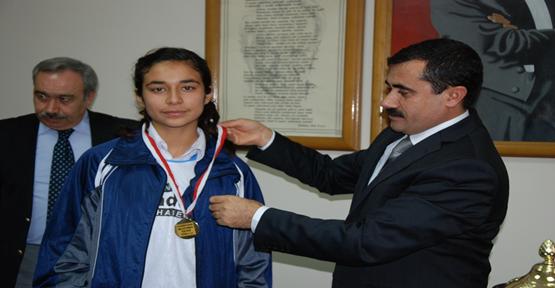 Kızlar Salon Futbolu (Futsal) Şampiyonu Sayburç İlköğretim Okulu Oldu