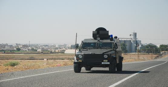Komutanlar Dürbünlerle Kobani Bölgesini İzliyor