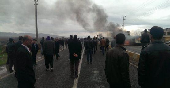 Köyün de kaza yapan aracı yaktılar 1 ölü