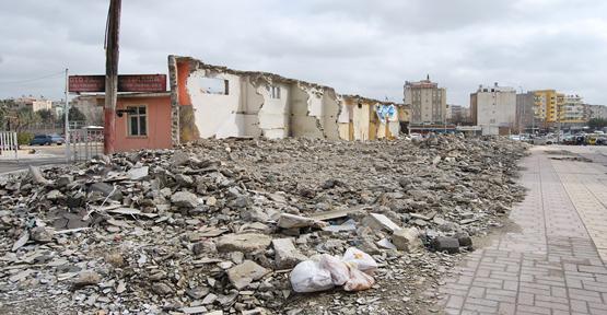 Moloz yığınları çevreyi kirletiyor