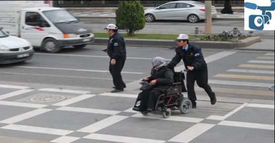 Polisler yardım etti