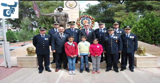Polis'ten Şehitlik Anıtına Çelenk
