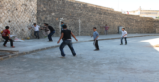 Saha olmadığı için sokak ortasında top oynuyorlar