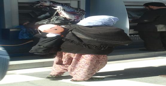Şişme bebekle kentin en işlek caddesinde dilendi