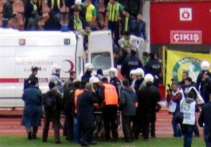 Taraftarlar birbirlerine girdi, 1'i polis 2 yaralı!