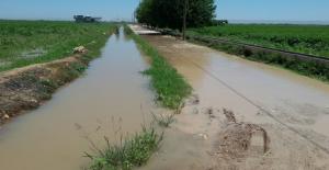 Tarlaya Verilen Fazla Su Nedeniyle Köy Yolları Kapandı.