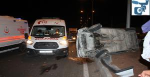 Şanlıurfa'da Otomobil Orta Refüje Çıktı, 2 Yaralı