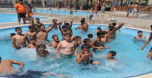 Çocuklar Havuzlarda Serinliyor