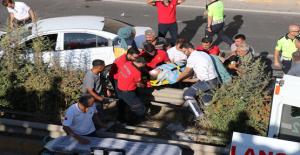 Urfa'da Otomobil Refüje Çıktı, 3 Yaralı