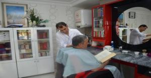 Bu Berber Çok Farklı: İşyerine Kütüphane Kurdu