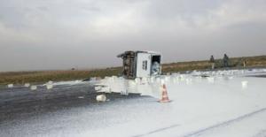 Urfa'da yoğurt yüklü kamyonet devrildi