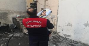 Eyyübiye'de itfaiye anne ve bebeği kurtardı