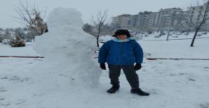 Halfeti'de ilk kez yağan karda çocuklar doyasıya eğlendi
