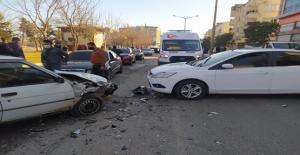 Şanlıurfa'da ders yöne girdi, otomobil ile çarpıştı, 2 yaralı