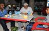 Hastanede bekleyen hasta yakınların iftar