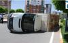 Minibüs kamyonet ile çarpıştı