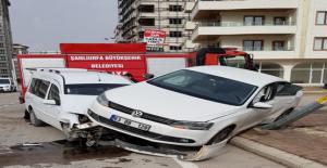 Urfa'da Hafif Ticari Araç İle Otomobil Çarpıştı, 1 Yaralı