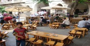 Vatandaşlar Günün Yorgunluğunu Gümrükhan'da Atıyor