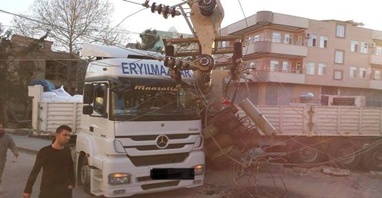 Tır'ın çarptığı trafo devrildi, 1 kişi  yaralandı.