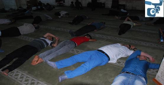 Urfa'da cami'de iftarı bekliyorlar