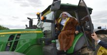 Bakan Fakıbaba, Yöresel Kıyafetle Hasat Yaptı