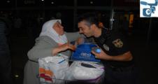 Yaşlı hacılara polis yardım etti
