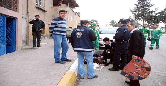 Yolda Bayılan Kadının İmdadına Polis Yetişti