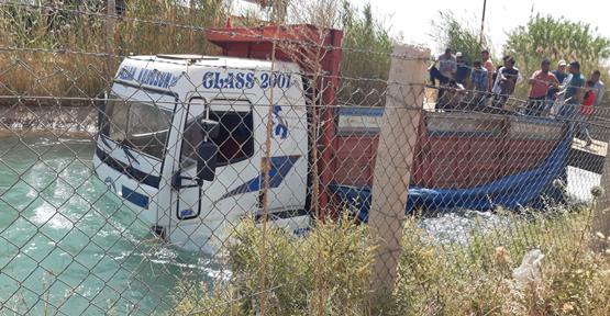 Urfa'da buğday yüklü kamyon sulama kanalını düştü